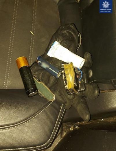 В Ужгороді невідомий пошкодив авто і викрав із салону жіночу сумку
