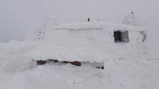Негода розгулялася: у Карпатах випало більше метра снігу