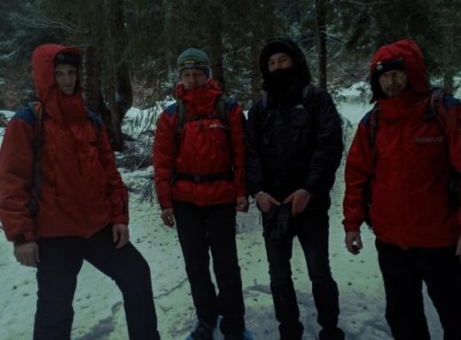 На Закарпатті в горах заблукали двоє туристів