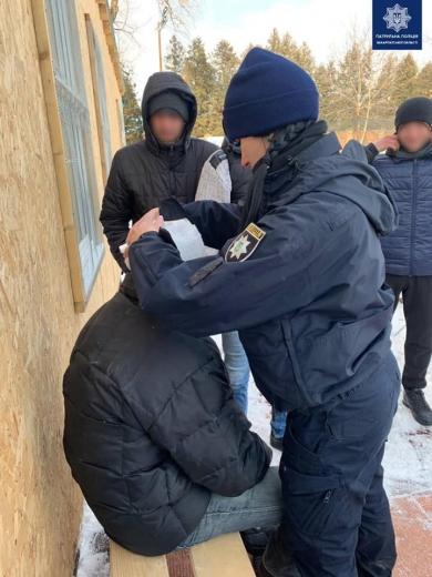 В Ужгороді патрульні надали допомогу чоловіку, який травмував голову на катку