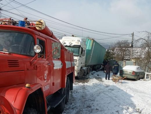 На Закарпатті вантажівка за день двічі з'їхала у кювет (ФОТО)
