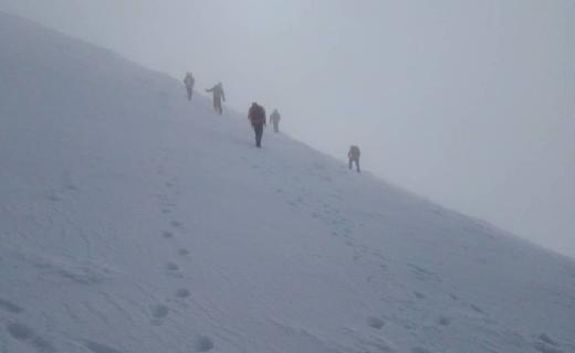 За вихідні у зимових Карпатах заблукали 12 туристів