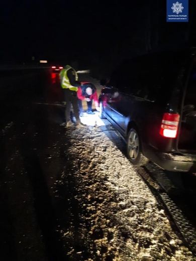 Уночі закарпатські поліцейські надавали допомогу людям з автівки на узбіччі дороги