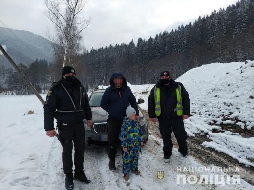 На Рахівщині поліцейські допомогли туристам витягти машину з вибоїни на гірській дорозі