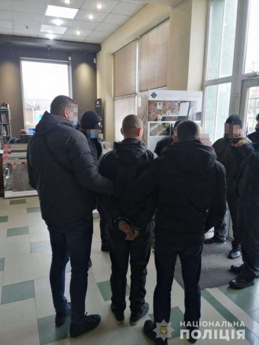 Збував психотропи безпосередньо на робочому місці: в Мукачеві затримали наркодилера