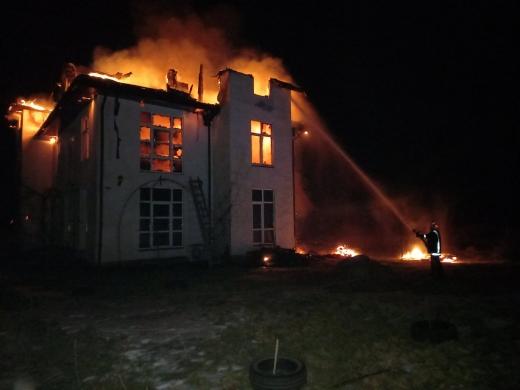На Закарпатті горіла двоповерхова будівля: всередині знаходилося четверо осіб
