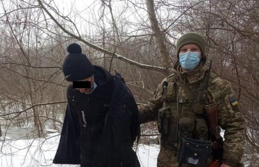 На Закарпатті затримали двох чоловіків, які намагались незаконно перетнути кордон зі Словаччиною та Угорщиною