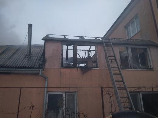 У Чопі загорілась двоповерхова надвірна споруда, що прилягала до житлового будинку (ФОТО)