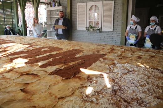 В Ужгороді зробили найбільший млинець в Україні