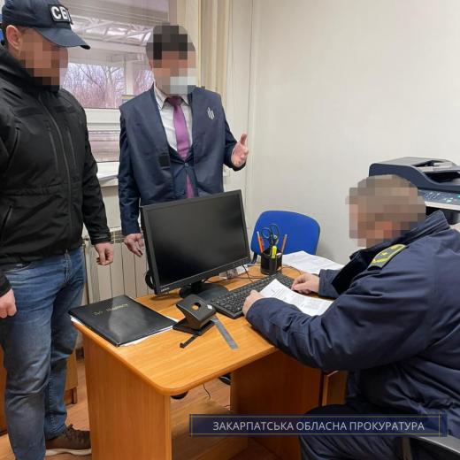 """Затриманому на хабарі митнику МП """"Солотвино"""" та його спільникам повідомлено про підозру"""