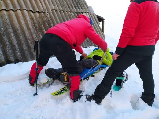 Рятувальники Закарпаття надали невідкладну допомогу двом туристам, що травмувалися в Карпатах