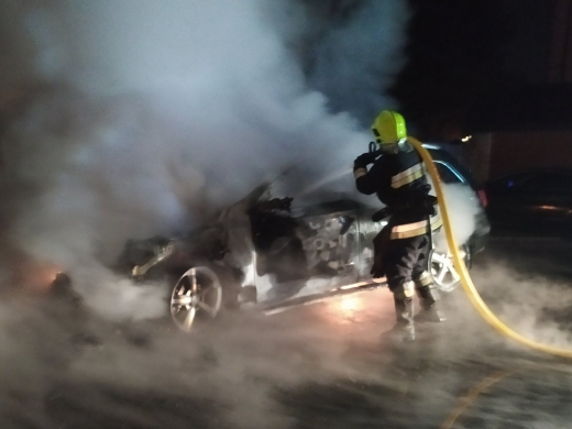 У Тячеві вогонь знищив одну автівку й пошкодив іншу