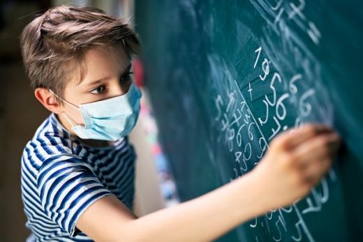 Хто в школах найбільше поширює коронавірус