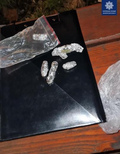 Правоохоронці Ужгорода виявили в чоловіка пакунки фольги з імовірно наркотичною речовиною