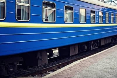 """""""Укрзалізниця"""" запустила рейси, аби вивезти людей із """"червоної"""" зони"""