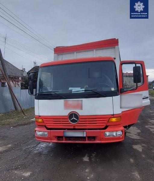 Ужгородські патрульні виявили і притягнули до відповідальності водія, що пошкодив обмежувач висоти