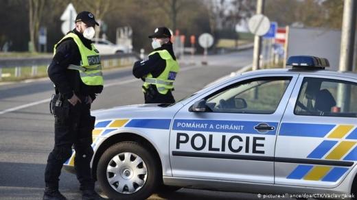 У Чехії за дотриманням нових правил карантину стежить поліція та військові