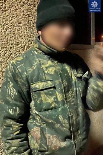 Патрульні Ужгорода затримали чоловіка, що пошкодив двері наркодиспансеру