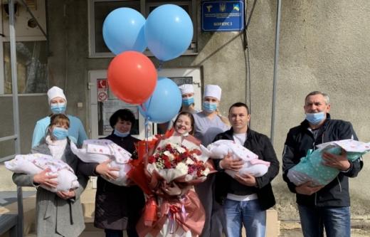 Четвірню, що народилася на Закарпатті в січні, виписали разом із матір'ю з лікарні