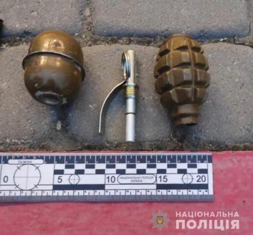 На Ужгородщині затримали 26-річного чоловіка під час збуту бойової зброї (ФОТО)