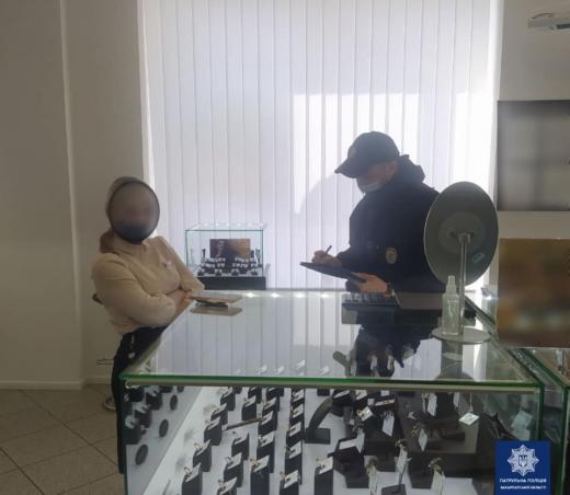 Карантин: в центрі Ужгорода патрульні припинили роботу двох крамниць