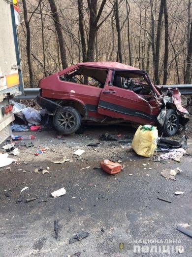 На Мукачівщині легковик врізався у вантажівку: водій загинув на місці аварії