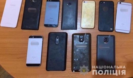 Житель Виноградова вкрав із магазину 19 мобільних телефонів