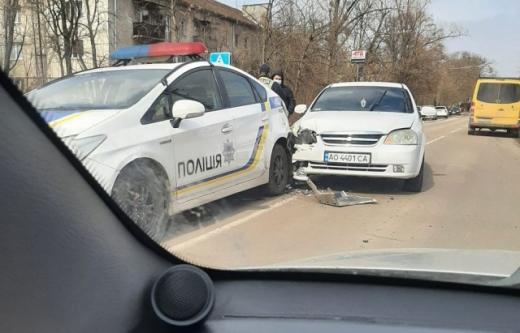 """У Берегові """"Шевроле"""" зіштовхнулось із поліцейською автівкою"""