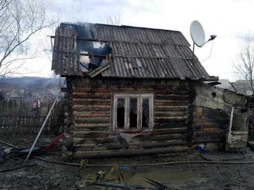 У селі на Перечинщині спалахнув дерев'яний будинок