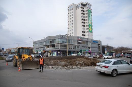 """В Ужгороді оновлюють транспортне коло біля """"Токіо"""""""