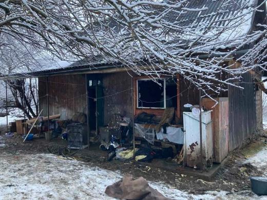 Прокинувся від їдкого запаху диму: на Рахівщині спалахнула пожежа в житловому будинку