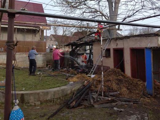 На Ужгородщині горіла надвірна споруда: пожежникам вдалось врятувати житловий будинок