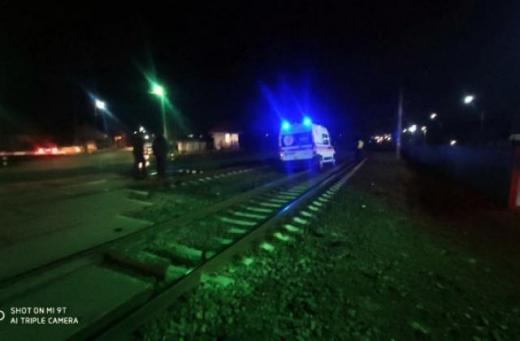 Вночі у Мукачеві поїзд врізався в машину швидкої