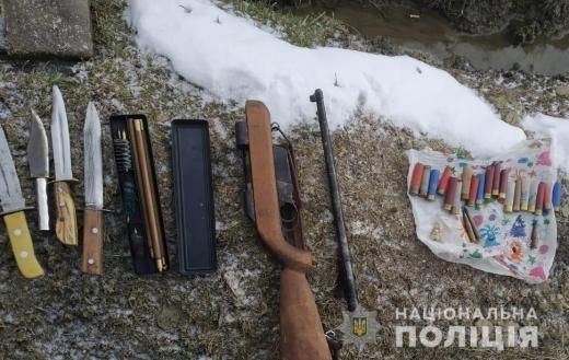 Поліцейські Рахівщини вилучили у зловмисника саморобну зброю