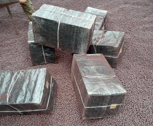 """Прикордонники пункту пропуску """"Саловка"""" виявили контрабандні сигарети у вагоні з рудою"""