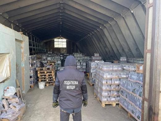 На Закарпатті виявили ангар з партією фальсифікованого алкоголю на 8 мільйонів гривень (ФОТО)
