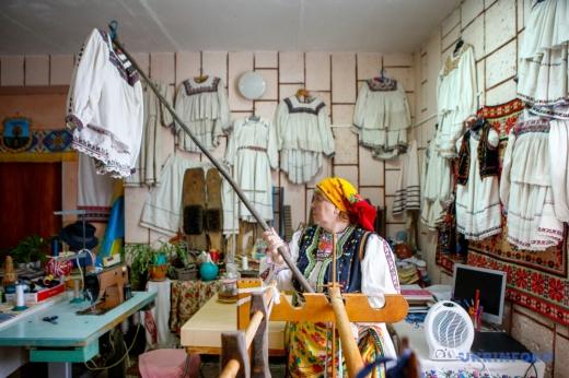 У сільському музеї на Виноградівщині навчають ткацтва й виготовляти гуні