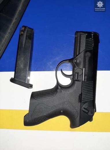 У Мукачеві охоронці порядку виявили у чоловіка предмет, схожий на пістолет