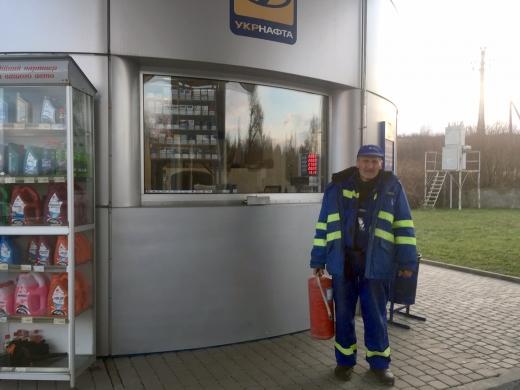 На Берегівщині небайдужий працівник автозаправної станції загасив пожежу в автомобілі