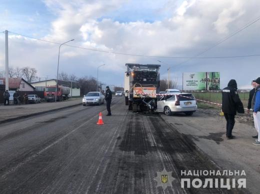 На Ужгородщині загинуло двоє чоловіків внаслідок зіткнення легковика та спецтранспорту служби ремонту доріг