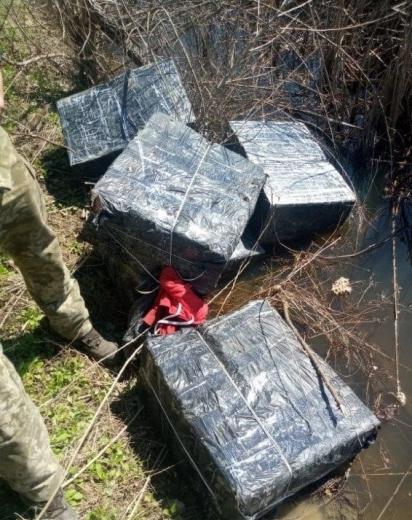 Поблизу кордону з Угорщиною закарпатські прикордонники виявили цигаркових контрабандистів з пакунками