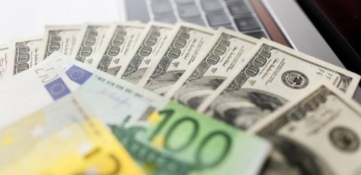 Гривня дещо ослабла до долара: курс в обмінниках