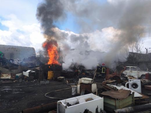 Ужгородські пожежники погасили загорання брухту