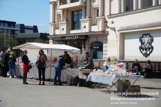 В Ужгороді на площі Театральній – великодній та благодійний ярмарки (фоторепортаж)