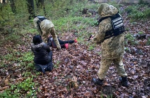 Поблизу кордону зі Словаччиною затримали трьох осіб, які намагались незаконно перетнути кордон