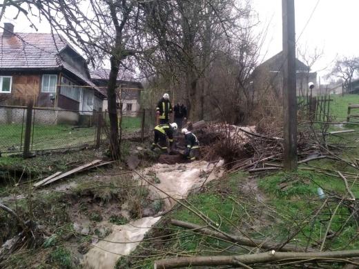 Через негоду у Воловці рятувальники ліквідовували наслідки підтоплень (ФОТО)