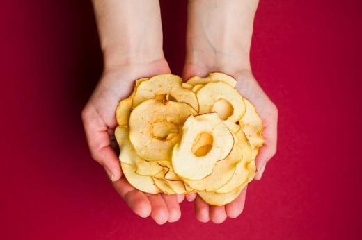 Здоровий хруст на перекус: в Ужгороді започаткували виробництво крафтових фруктових чипсів