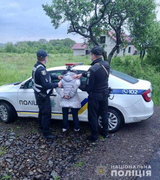 Закарпатські поліцейські затримали досвідчену рецидивістку, яка збувала зброю на території регіону