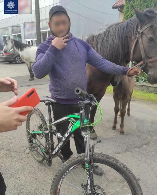 В Мукачеві патрульні допомогли чоловіку повернути вкрадений велосипед