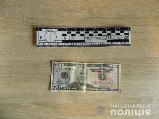 Поліцейські оперативно розкрили крадіжку грошей з офісу в Хусті